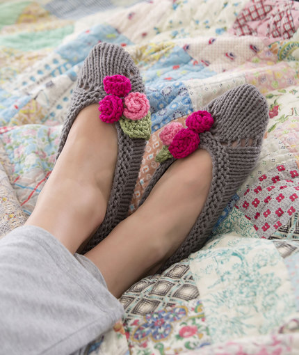Knitted Lilac Slippers FREE Pattern | BeesDIY.com