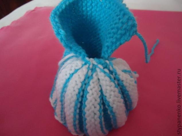 How-to-DIY-Cute-Pom-pom-Decorated-Knitted-Baby-Booties-10