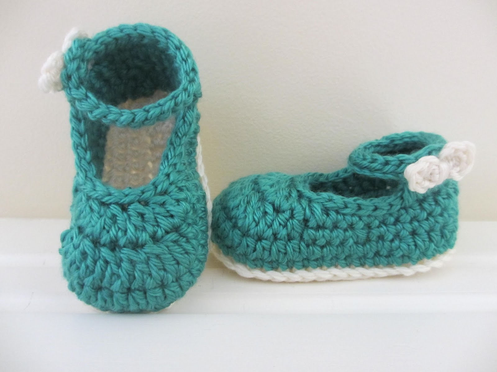 Free Crochet Pattern For Mary Jane Baby Slippers : Crochet Mary Jane Baby Slippers Pattern (FREE) BeesDIY.com