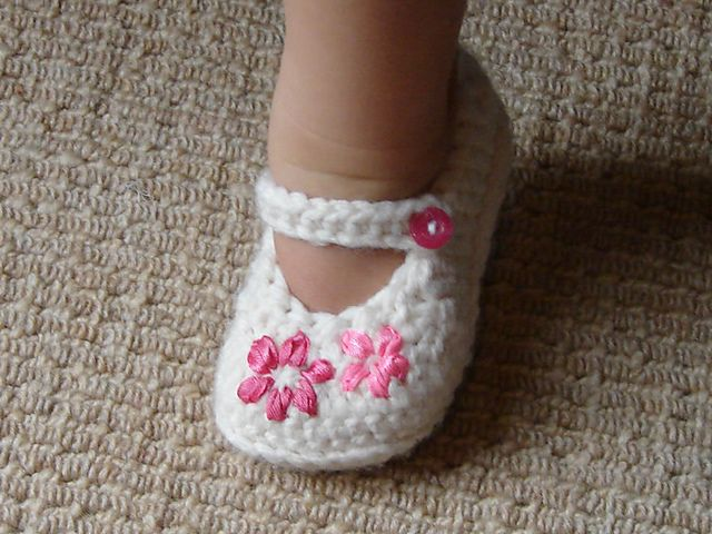 How To Crochet Baby Booties Free Patterns : Crochet Mary Jane Baby Slippers Pattern (FREE) BeesDIY.com