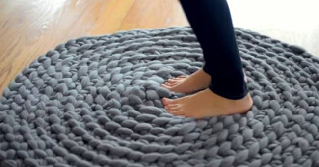 DIY-Giant-Crochet-Rug-Without a Crochet-Hook