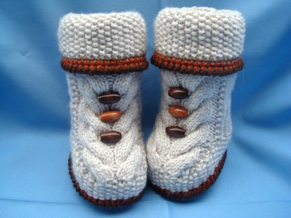 Baby set of boots and hat with faux fur, Newborn boy gift, knitted baby clothes, newborn girl hat, infant booties, crocheted baby booties.
