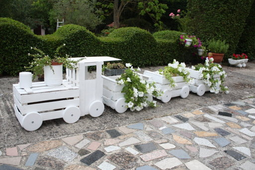 DIY Train Planters Out Of Old Crates3